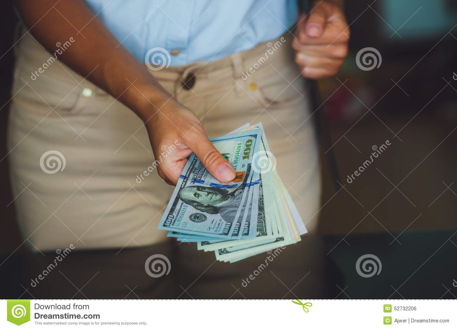 Geld In Den Menschlichen Händen, Frauen, Die Dollar Geben Stockfoto ...