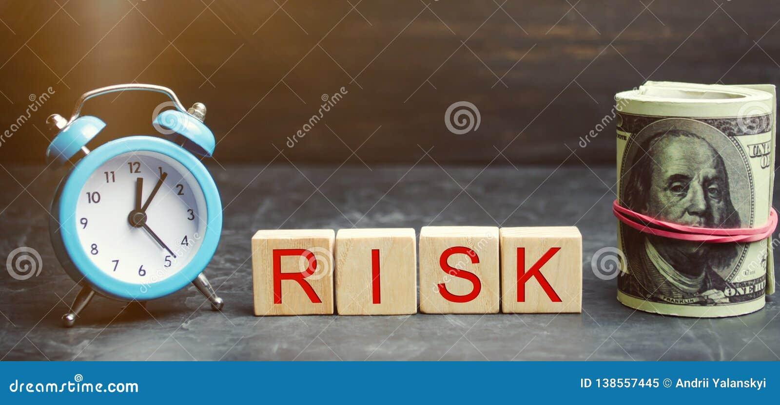 Geld, klok en houten blokken met het woordrisico Het concept financieel risico Gerechtvaardigde risico s Het investeren in een be