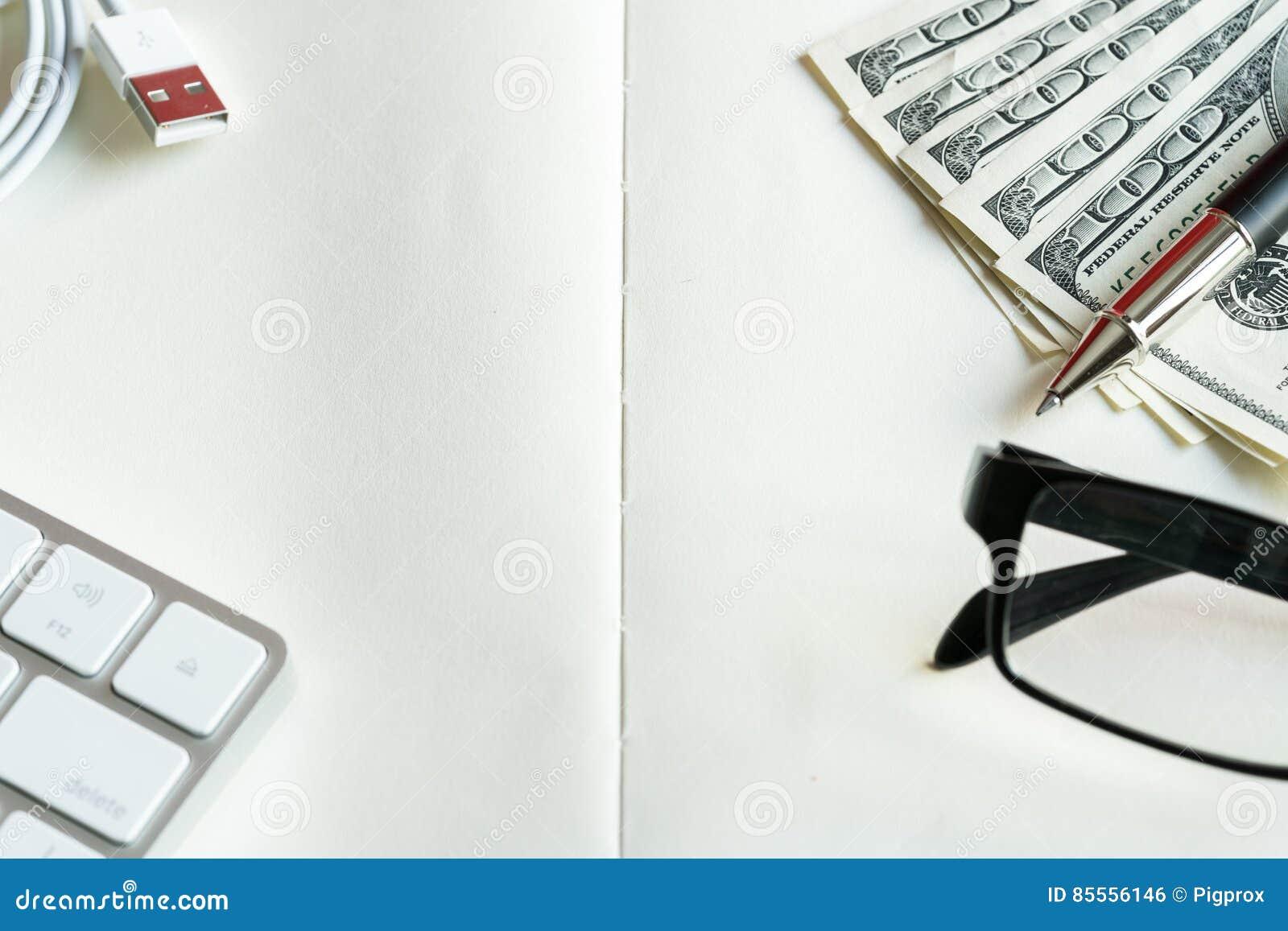 Gelddollar auf hölzernem Hintergrund