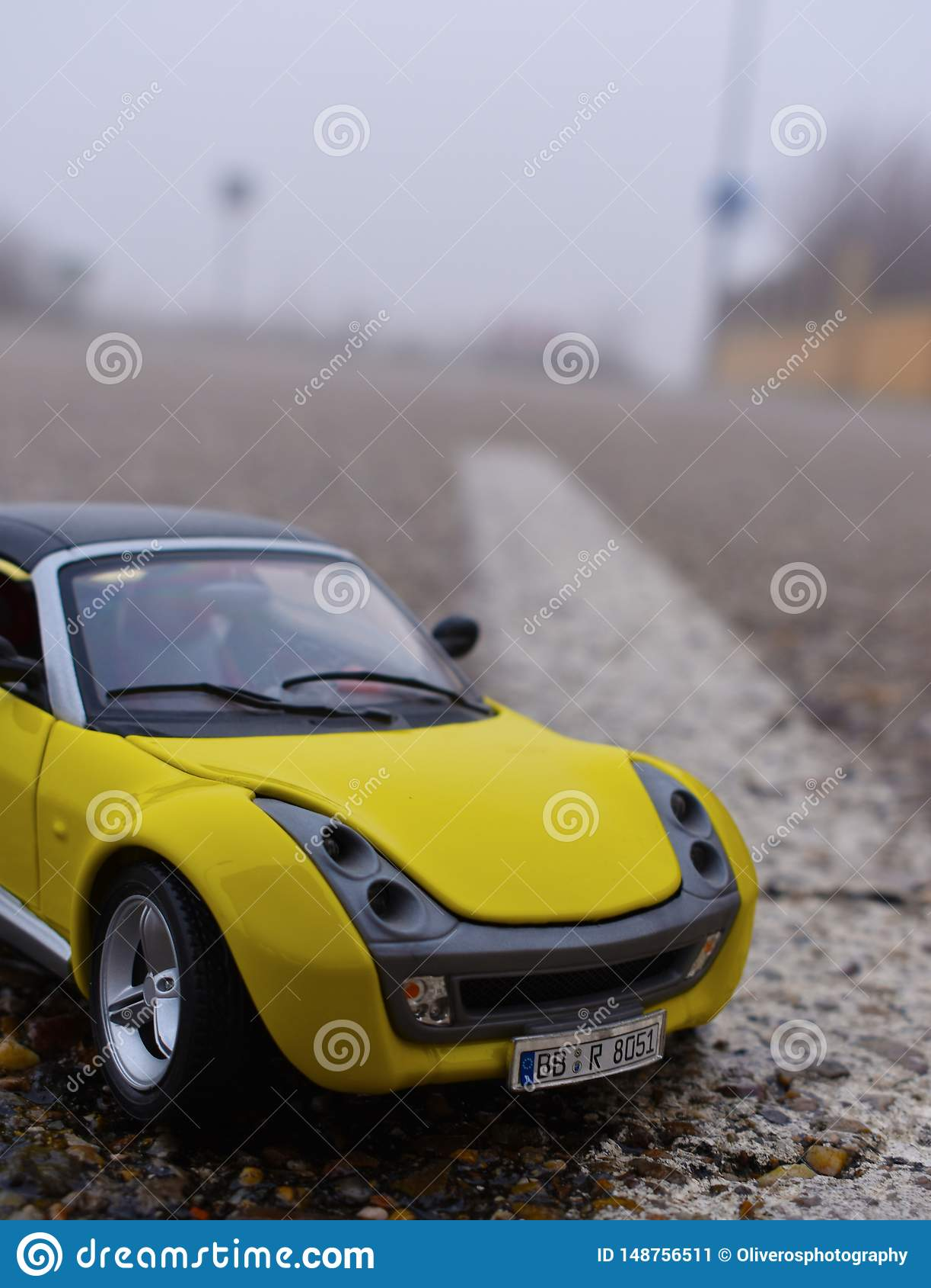 Gele auto in weg