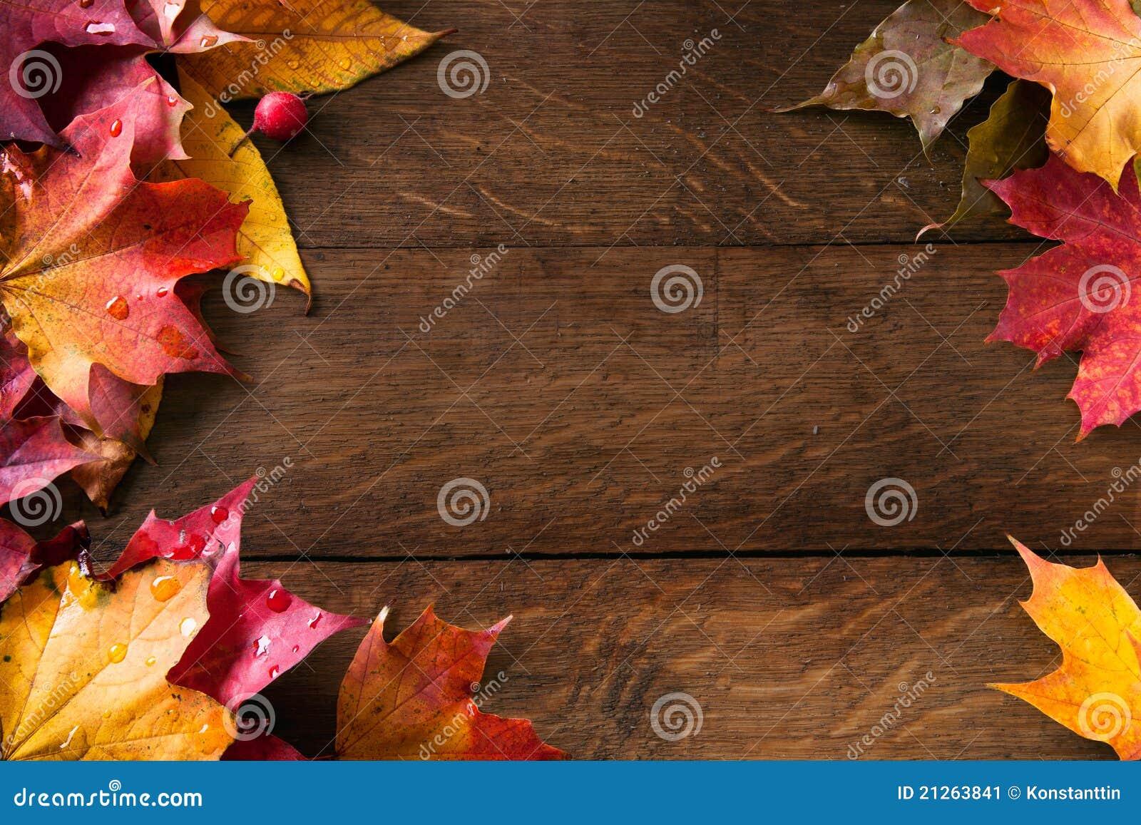 Gele de herfstbladeren op oud hout als achtergrond