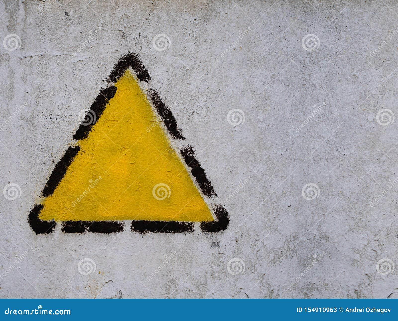 Gele driehoek, vierkant, ruit in zwart gestippeld kader op de oude gemeenschappelijke muur