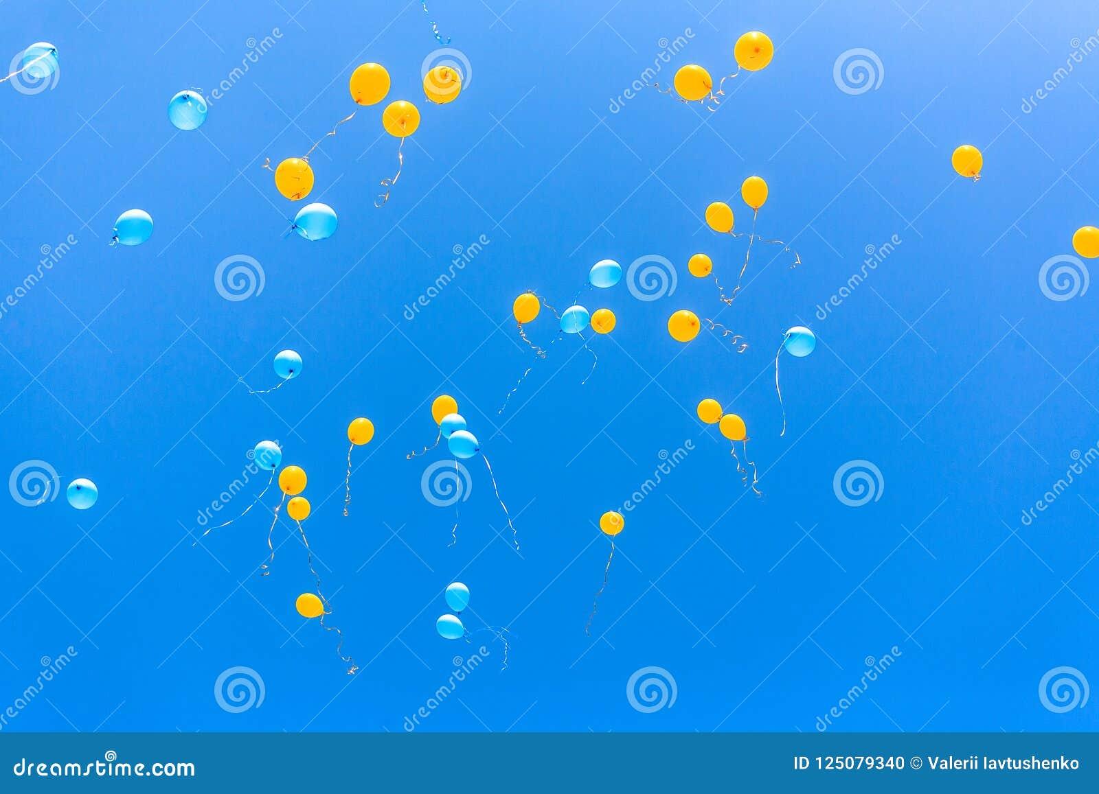 Gele en blauwe ballons in de hemel