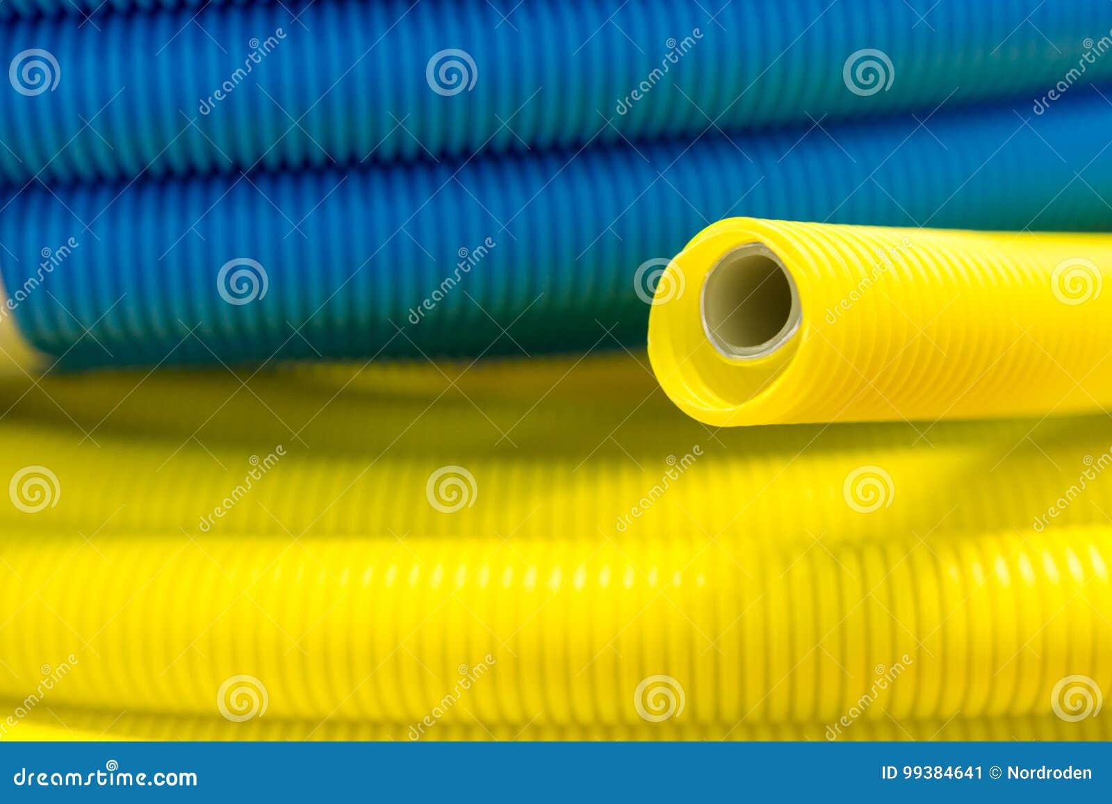 Gele en blauwe golf plastic buis