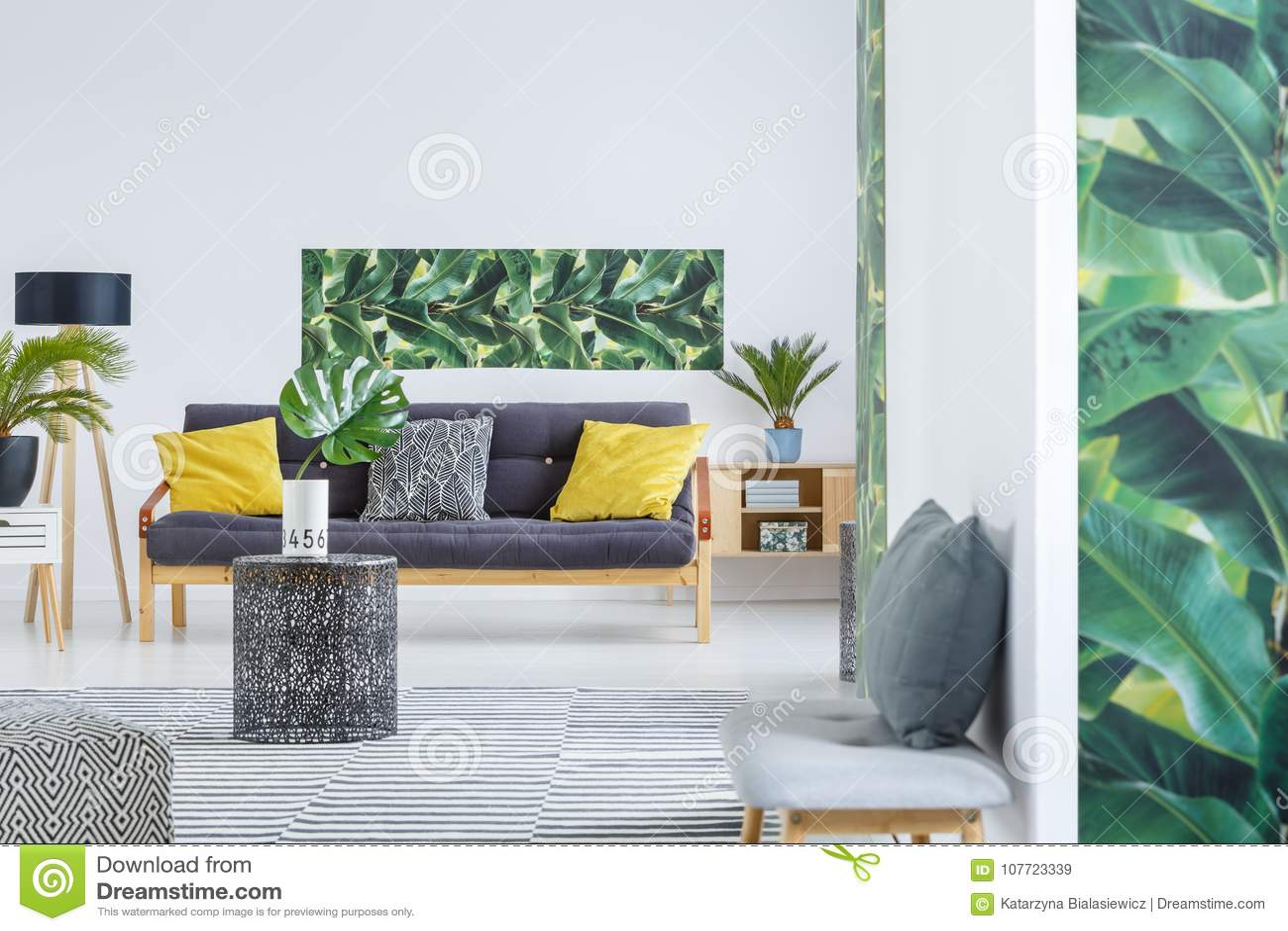 Gele en groene woonkamer stock afbeelding. Afbeelding bestaande uit ...