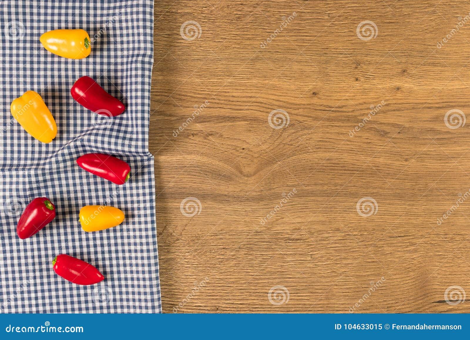 Download Gele En Spaanse Pepers Op Houten Achtergrond Stock Afbeelding - Afbeelding bestaande uit katoen, versheid: 104633015