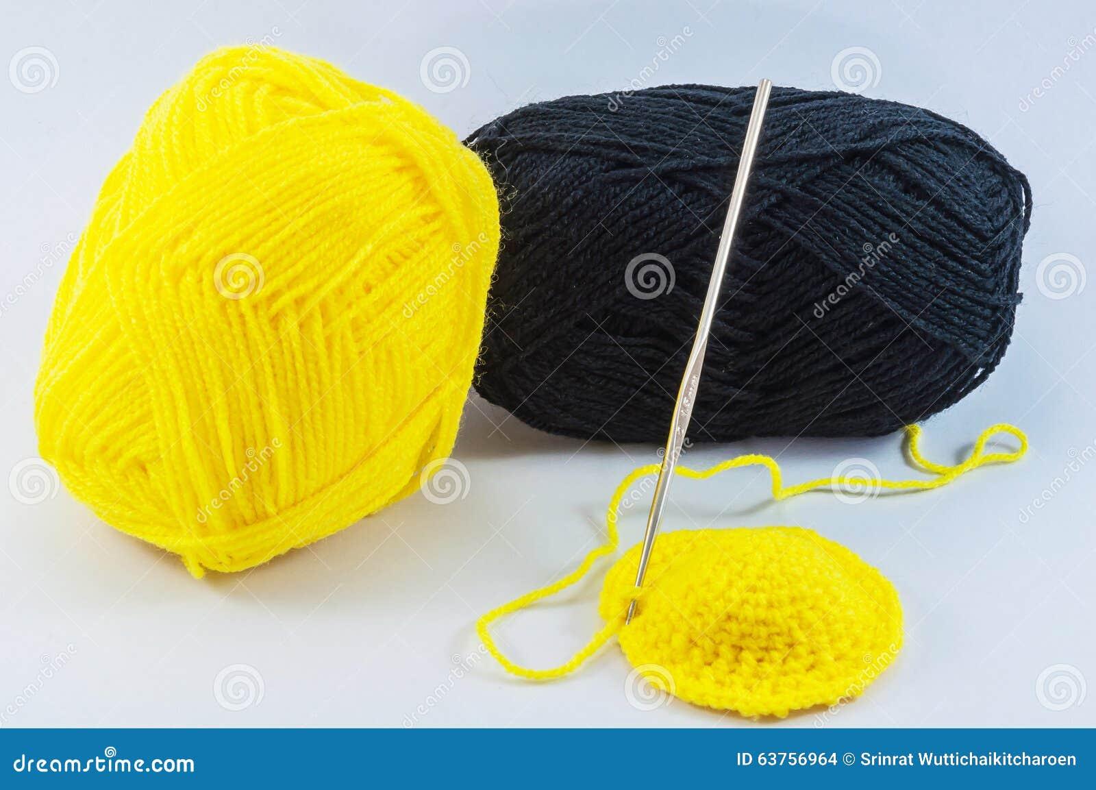 Haaknaald Met Licht : Gele en zwarte garenballen met haaknaald stock foto afbeelding