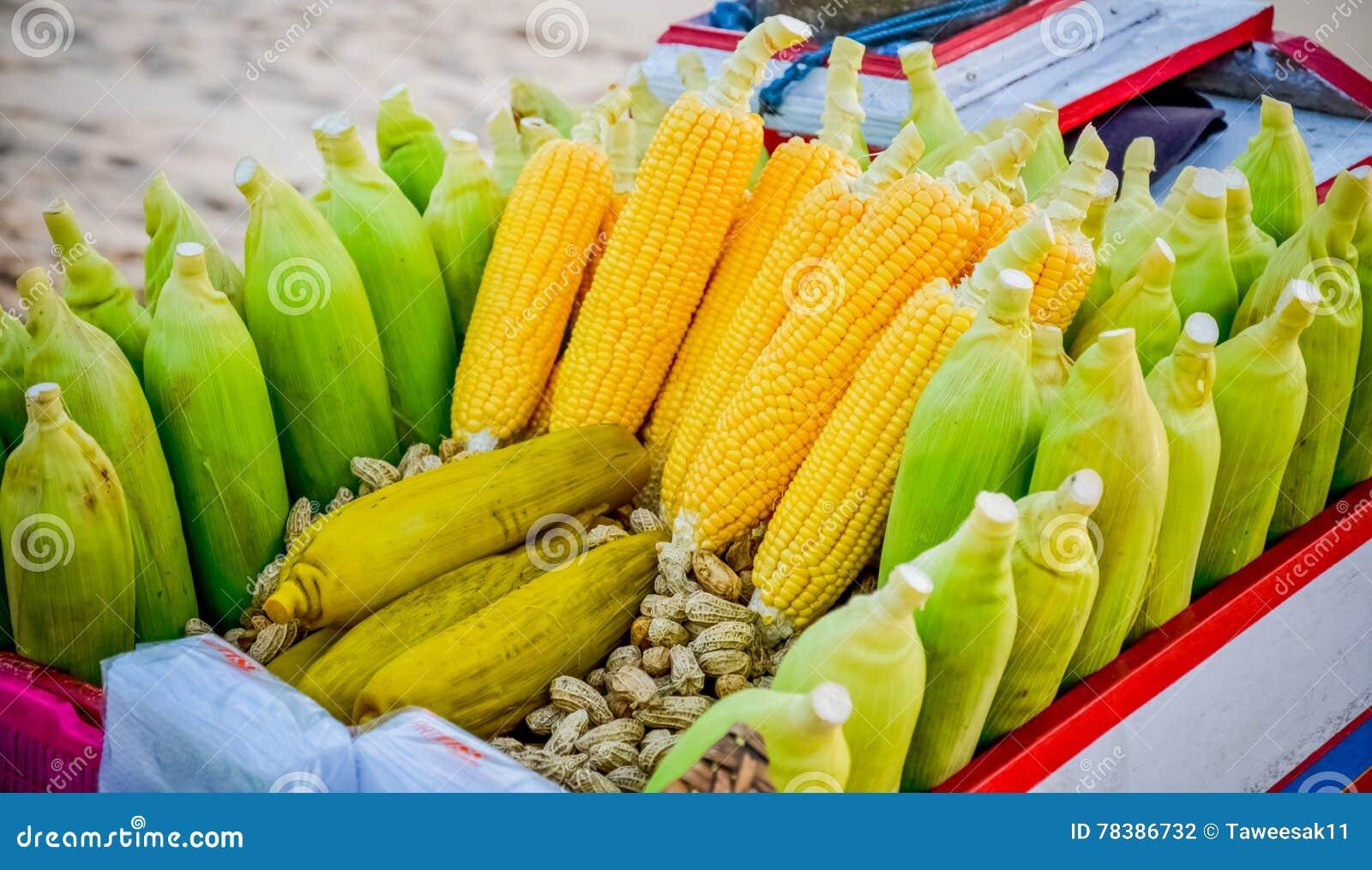 Gele graan en aardnoot op de kar