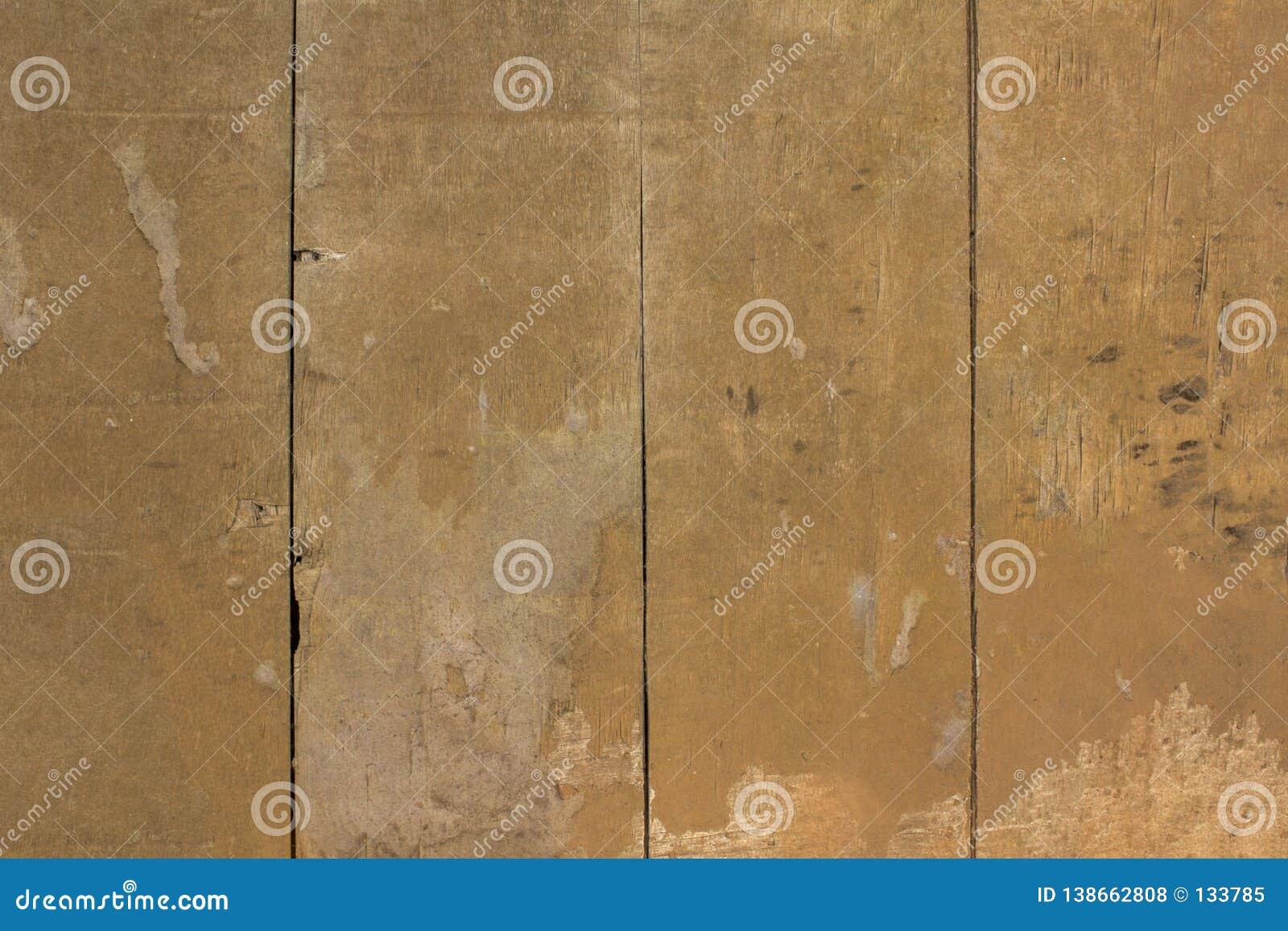 Gele grijze oude vuile droge houten omheining met barsten natuurlijke ruwe oppervlaktetextuur
