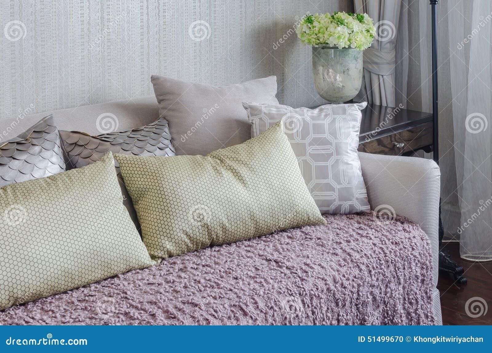 Gele hoofdkussens op roze deken op luxebank in woonkamer stock ...