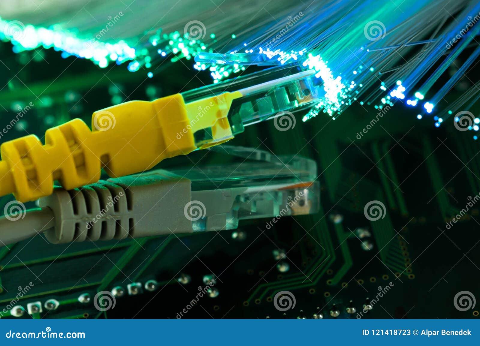 Gele Internet-schakelaar, grijze schakelaar dichte omhooggaande macro