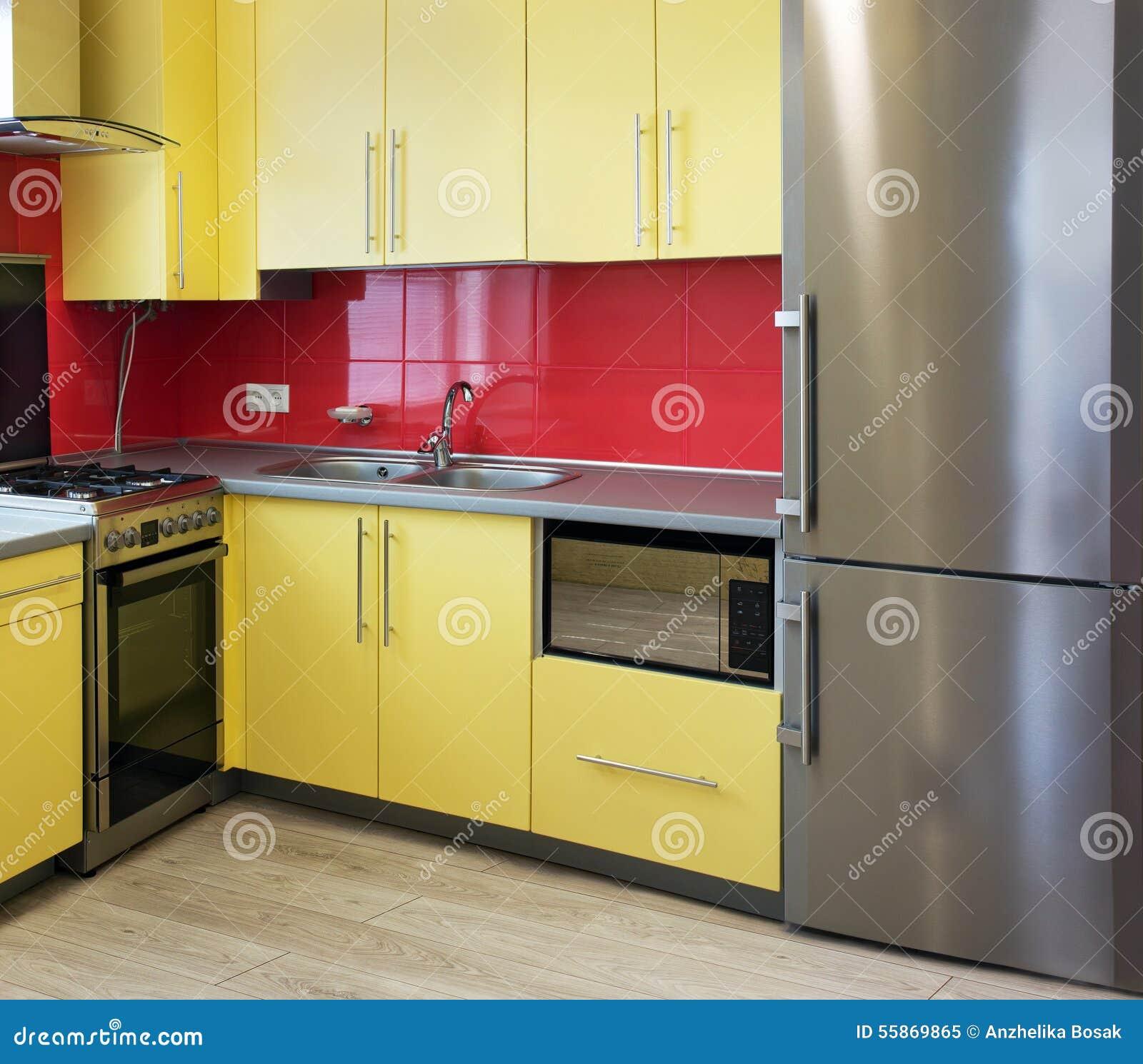 Gele keuken stock foto   afbeelding: 55869865