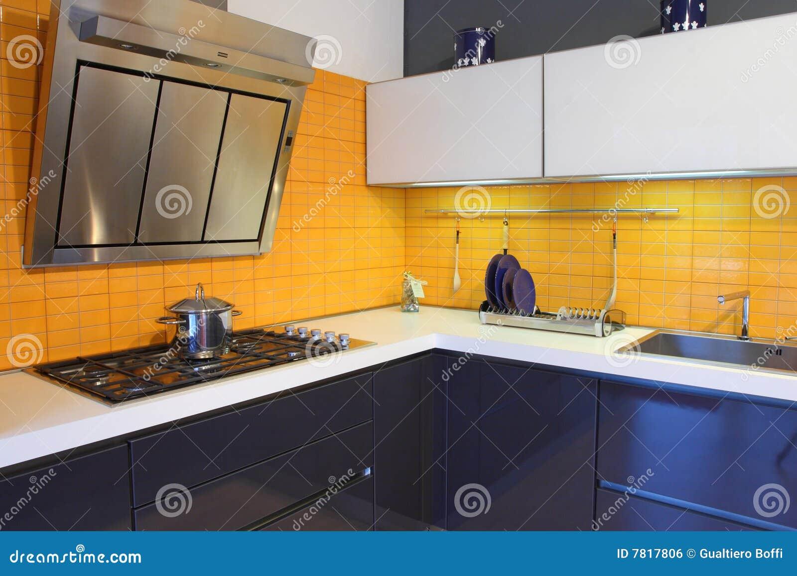 Heldere oranje houten keuken en eetkamer met tegelvloer stock foto ...