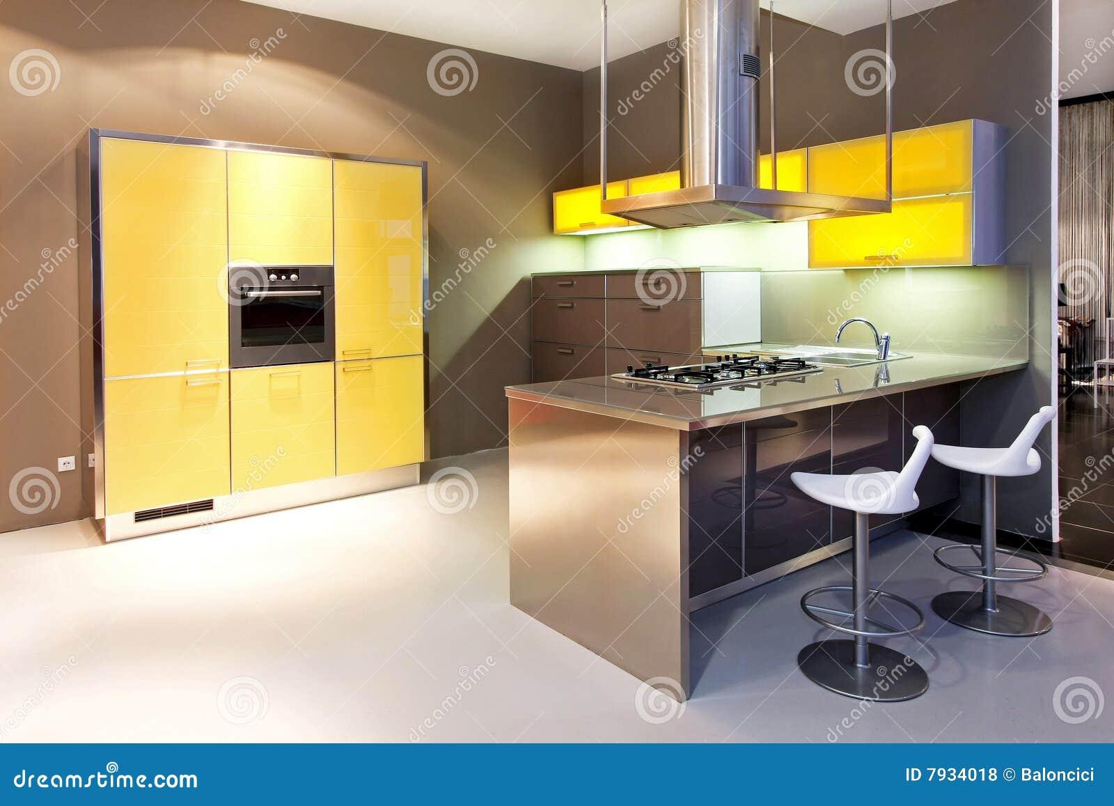 Gele keuken stock foto afbeelding bestaande uit decor 7934018 - Keuken met teller ...