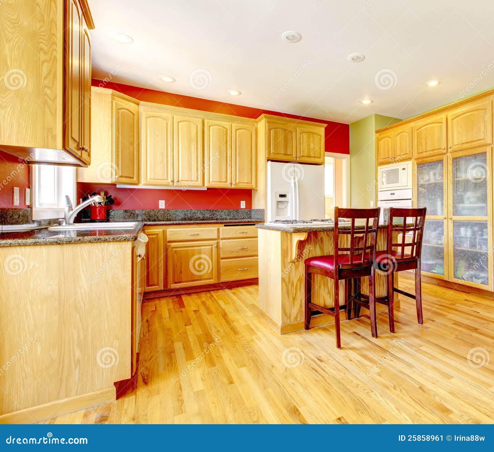 Gele keuken met eiland en geel hout. stock afbeelding   afbeelding ...