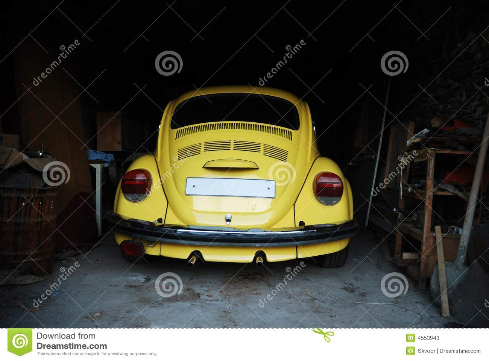 Gele kever in garage