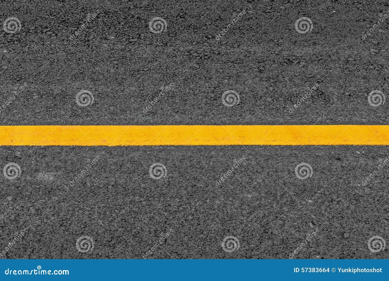 Gele lijn op de wegachtergrond van de asfalttextuur met korrelig