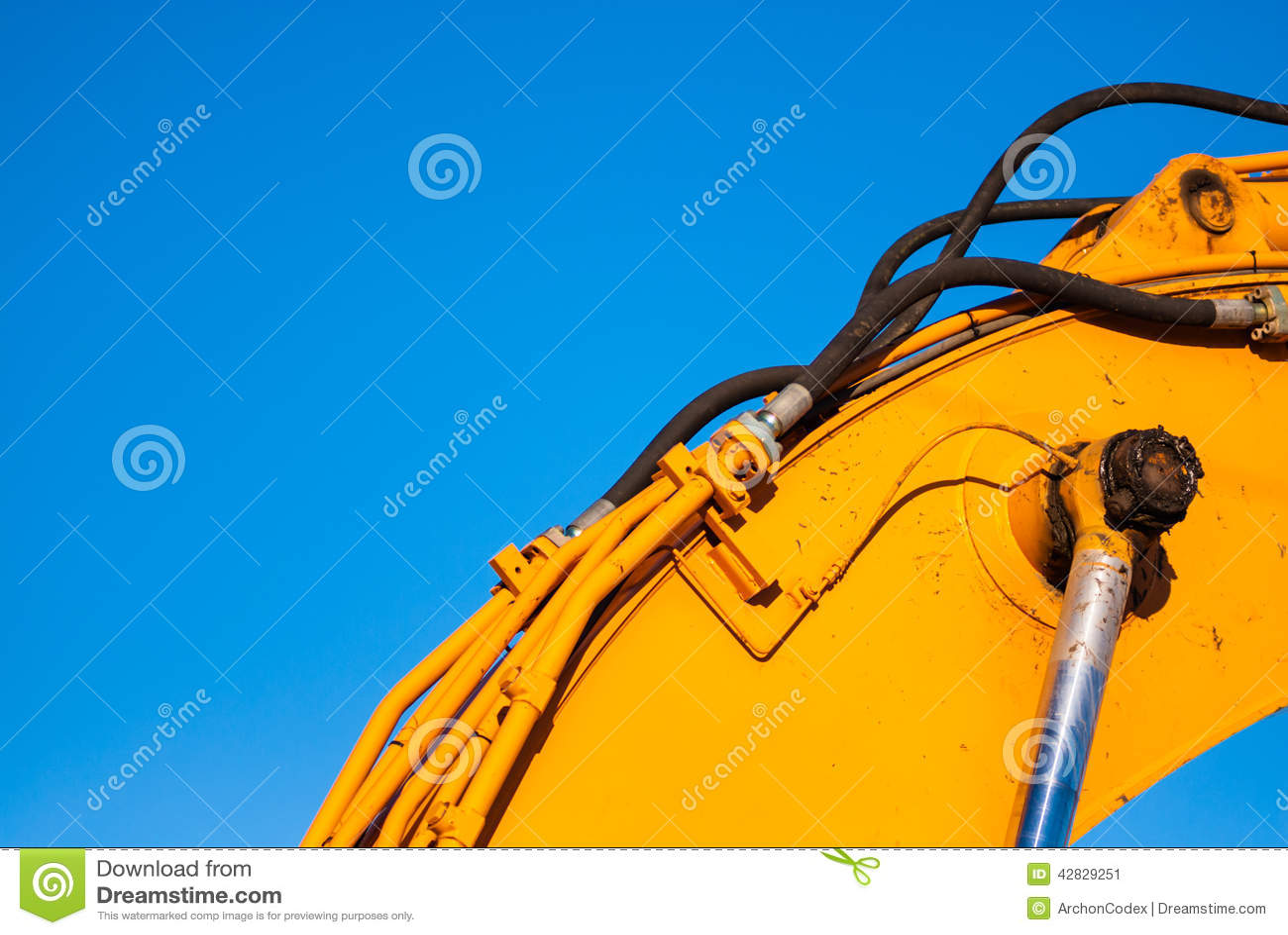 Gele machines en hydraulica op blauwe hemel