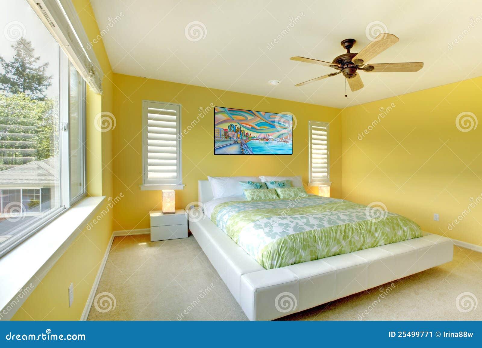 Slaapkamer Bruin Bed : Gele Moderne Slaapkamer Met Wit Bed. Stock ...