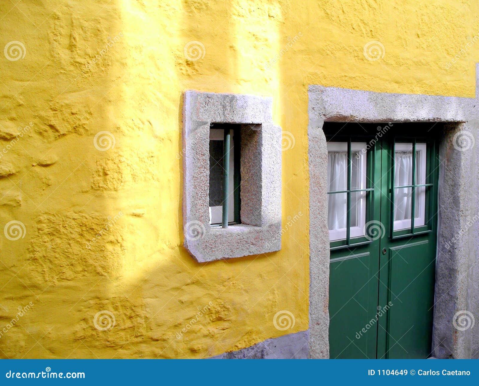 Gele muur en groene deur