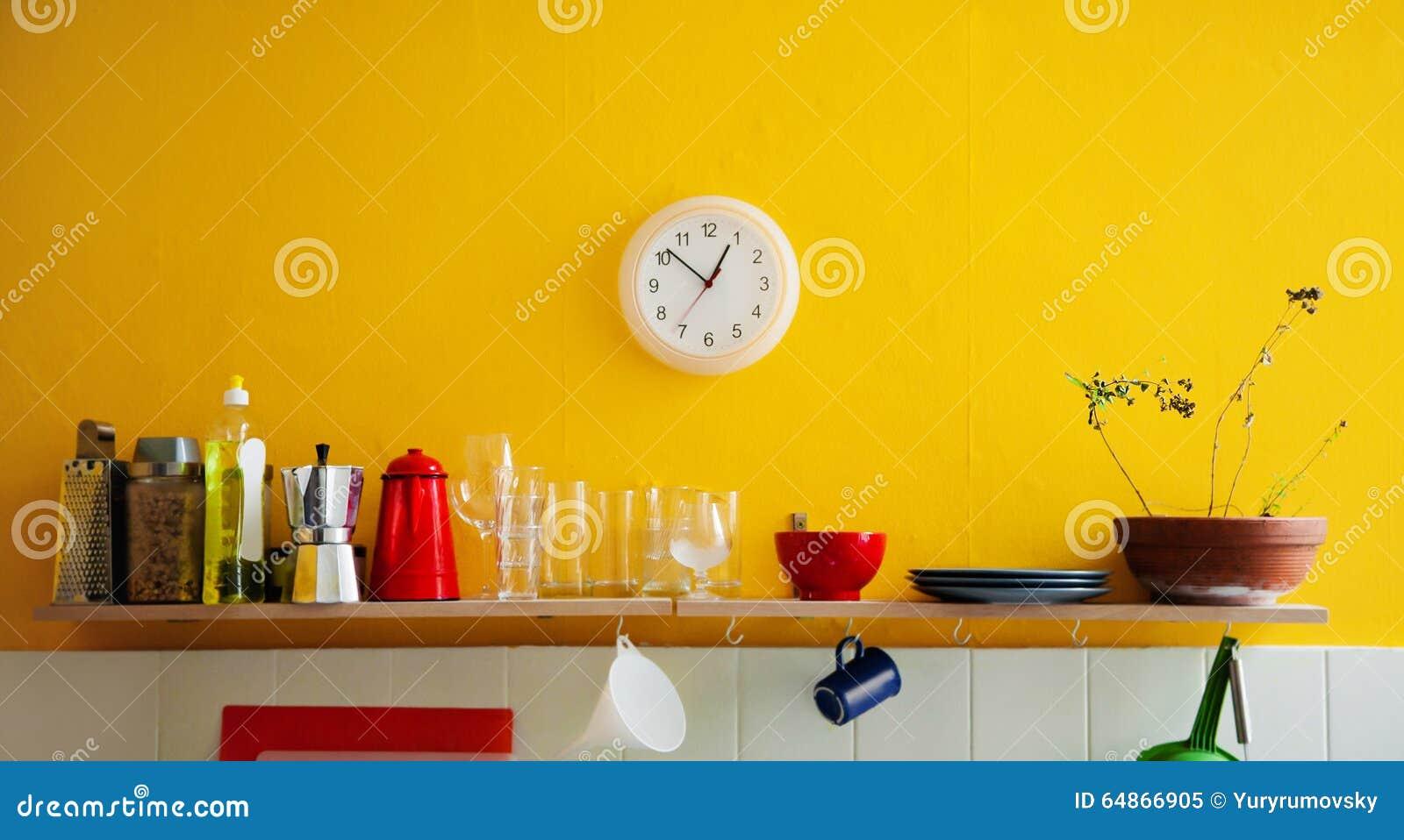 Gele muurklok in de keuken stock foto   afbeelding: 64866905