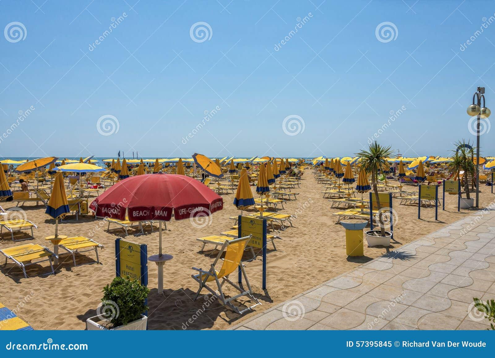 Gele paraplu s bij het strand