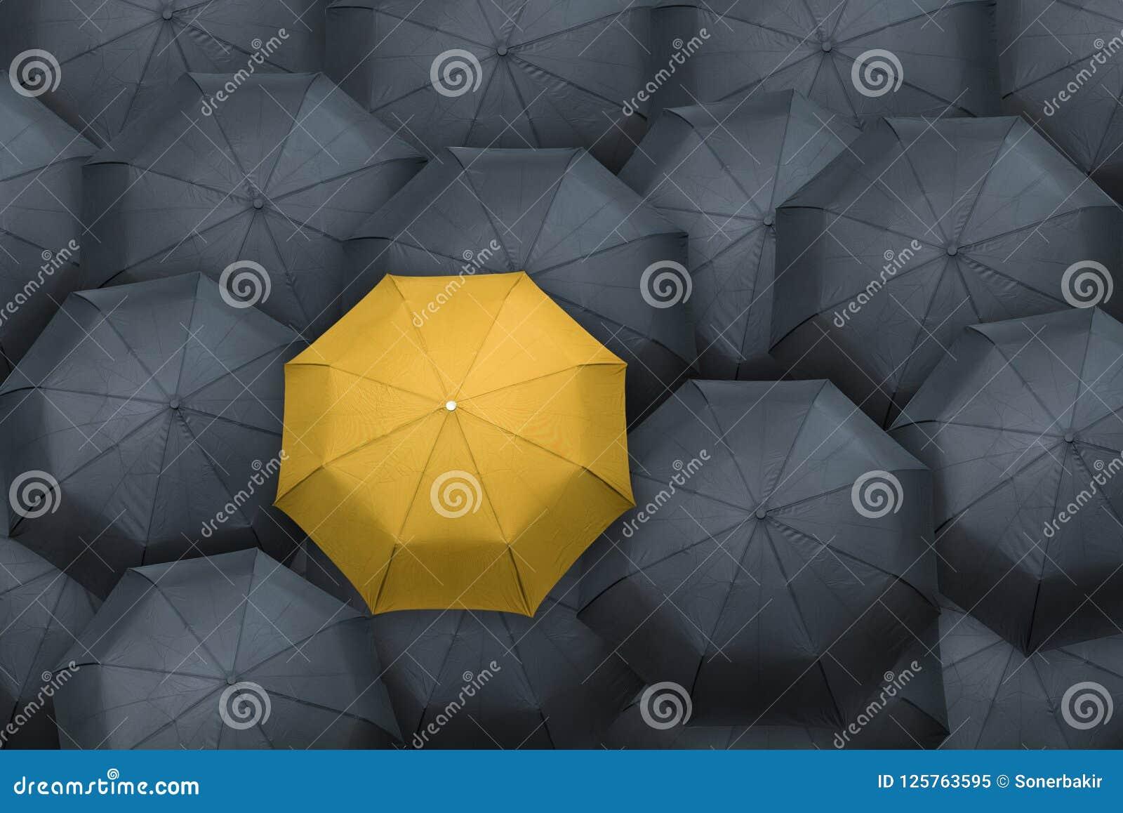 Gele paraplubak uit van de menigte Het concept van de leider