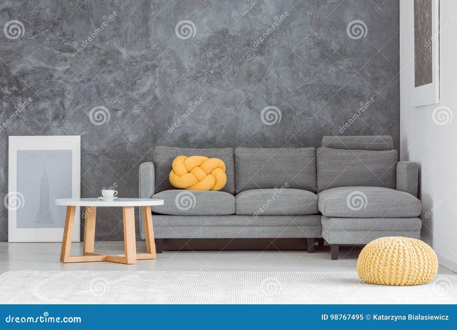 Gele poef in woonkamer stock afbeelding. Afbeelding bestaande uit ...
