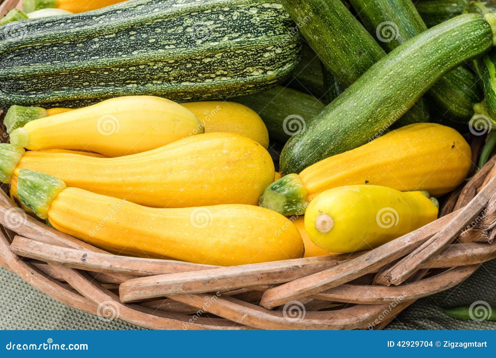 Gele pompoen op vertoning in manden