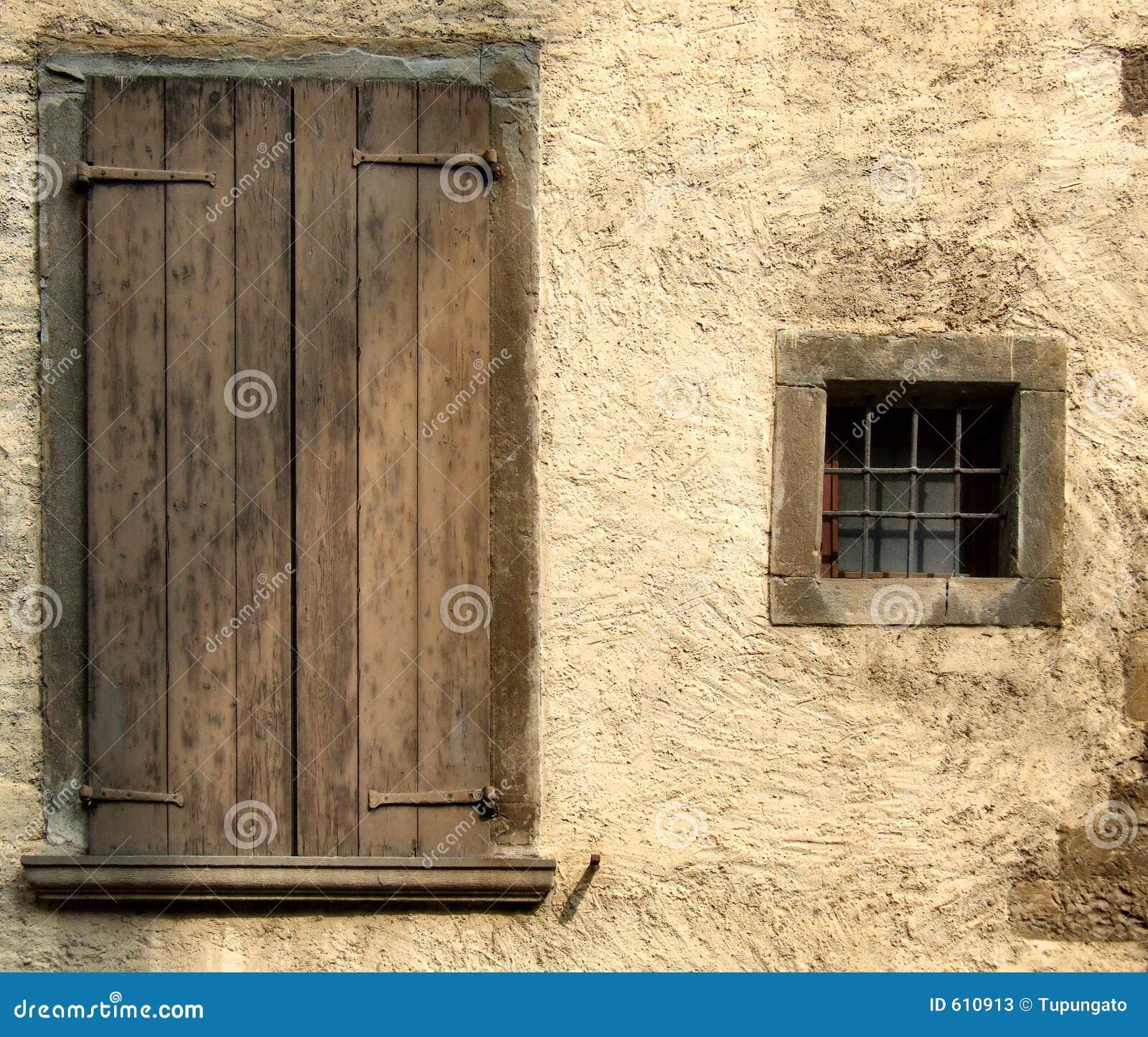 Gele ruwe muur en vensters