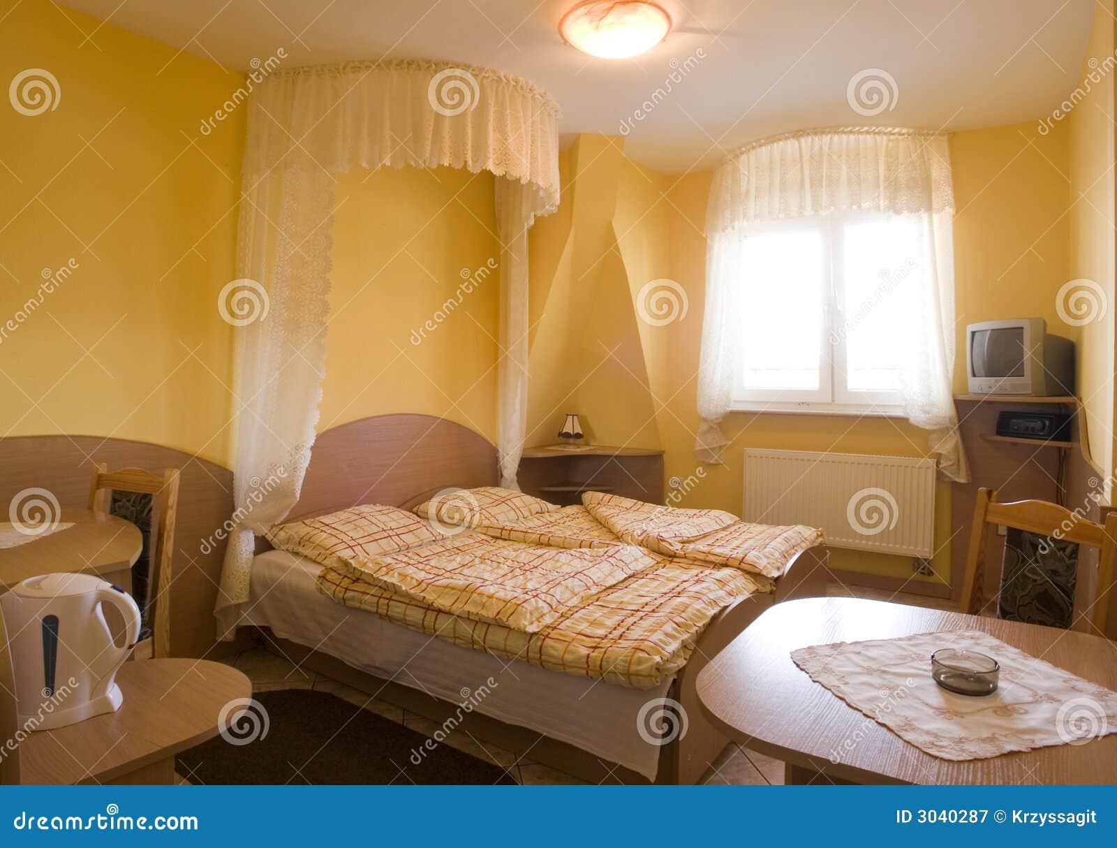 Gele slaapkamer stock afbeelding. Afbeelding bestaande uit lijst ...