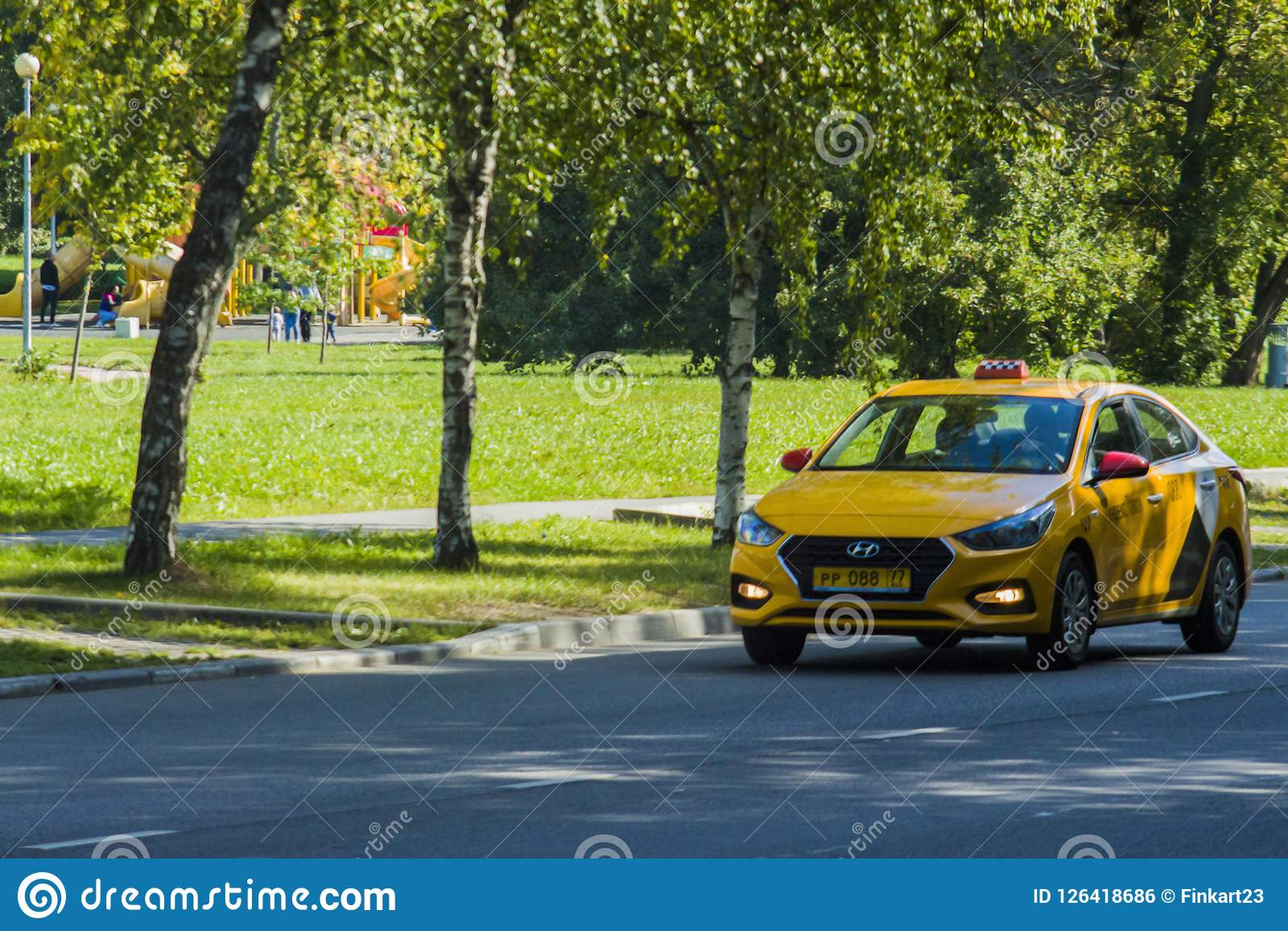 Gele taxiritten op de straat in Moskou