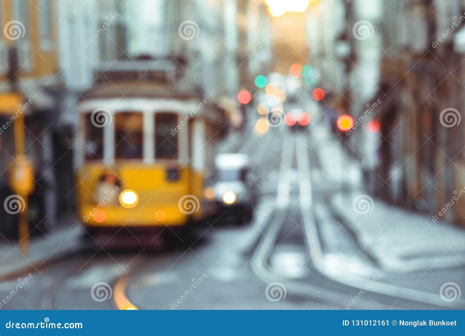 Gele tram van Route 28 op de straat van Lissabon