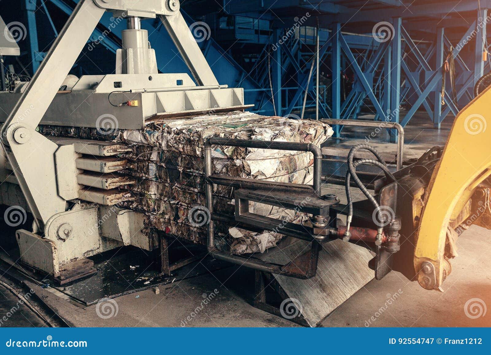 Gele Vorkheftruck De verwerkingsinstallatie van het afval Technologisch proces Recycling en opslag van afval voor verdere verwijd