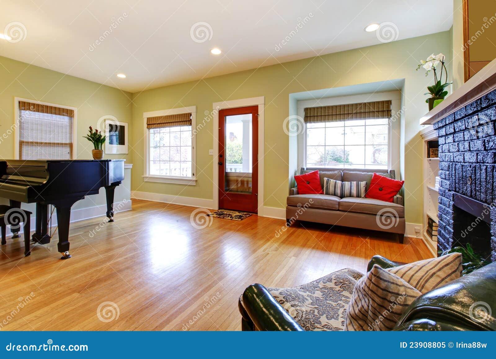 Gele woonkamer met piano en open haard. royalty vrije stock foto ...