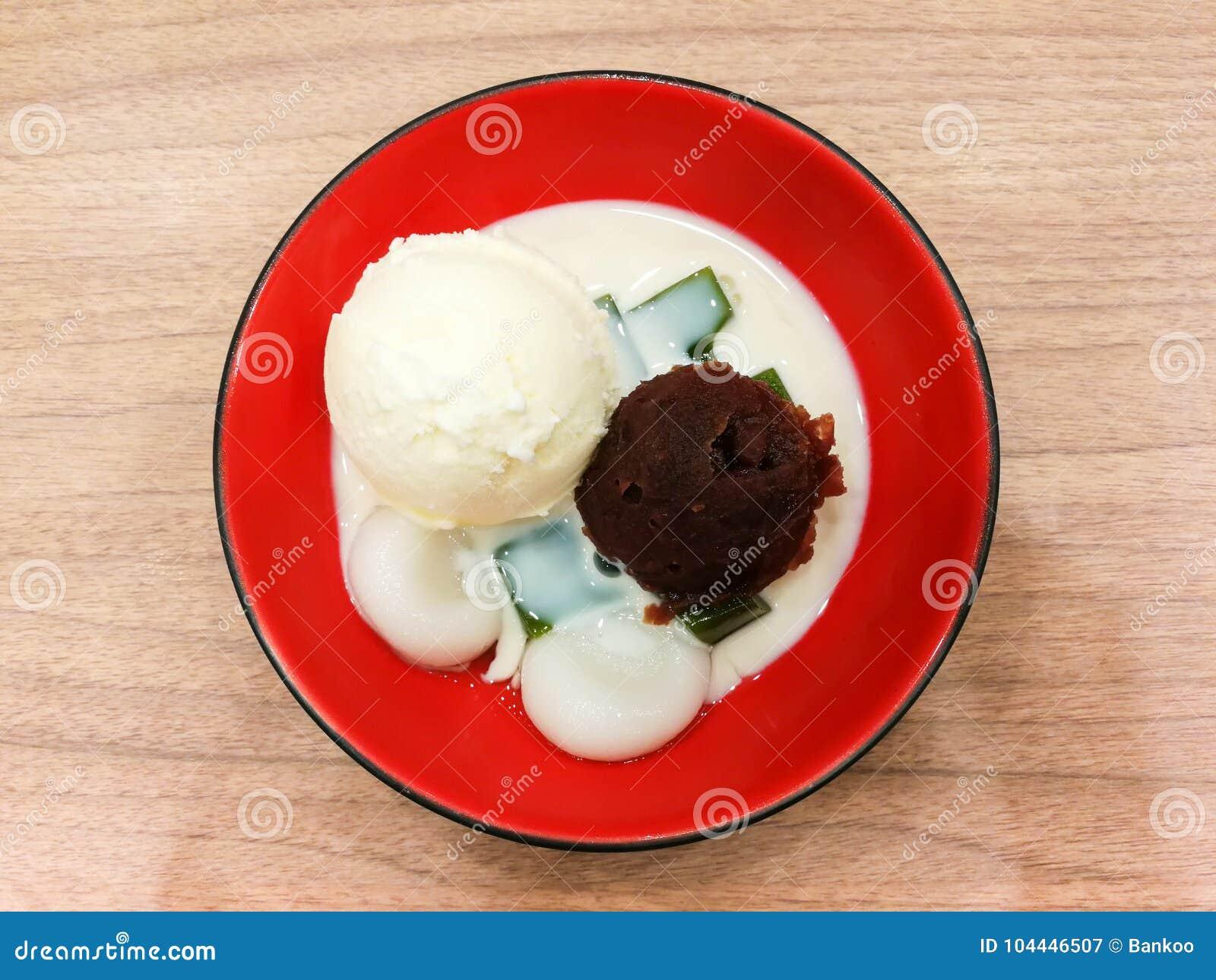 Geleia do chá verde do gelado da baunilha com pasta do feijão vermelho e soja mil.
