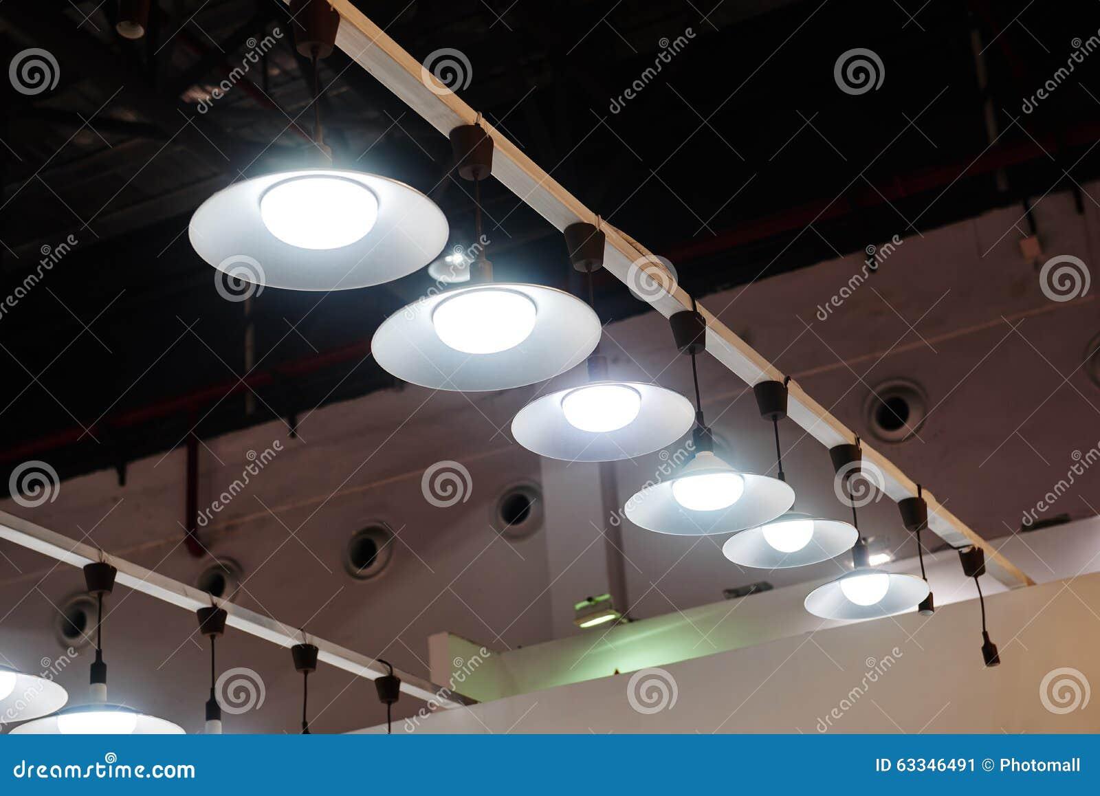 Geleide het hangen verlichting in bureau stock afbeelding