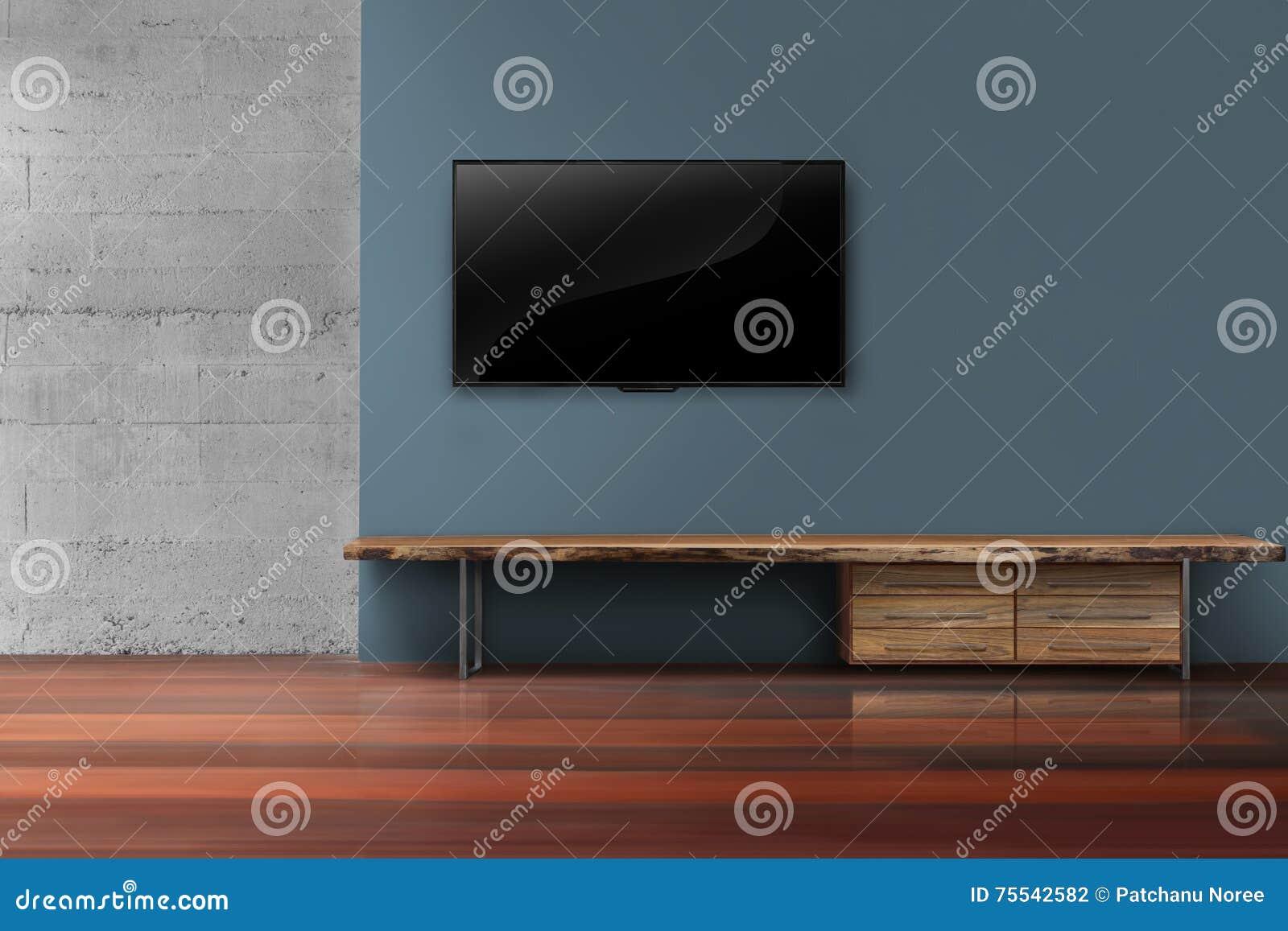 Tv Op Plank Aan Muur.Geleide Tv Op Donkerblauwe Muur Met Houten Meubilair In Het Lege