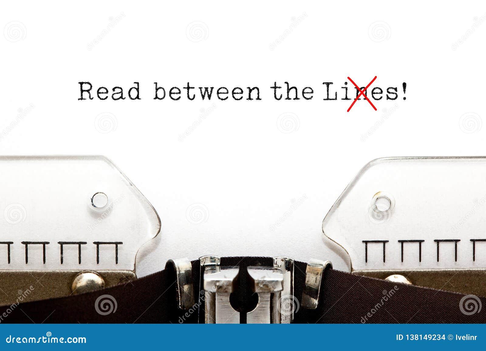 Gelesen zwischen dem Lügen-Konzept auf Schreibmaschine