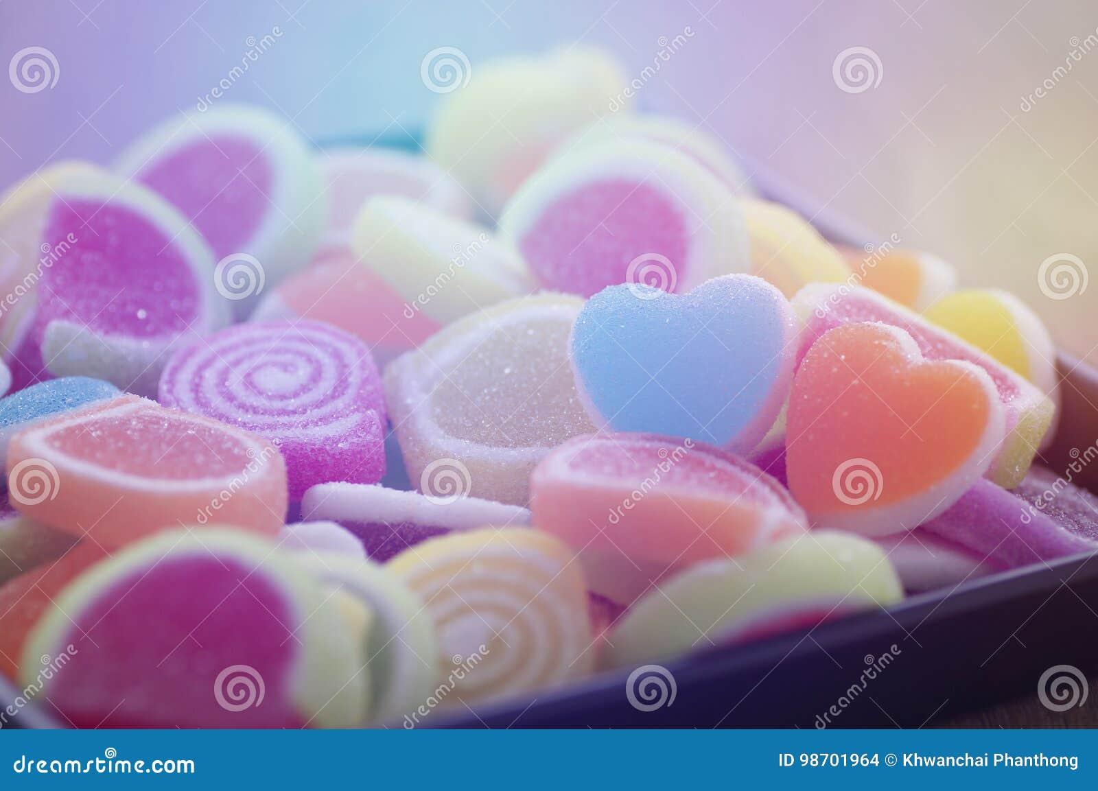 Gelieren Sie süße Süßigkeit, Aromafrucht, bunten Nachtisch, Fokus den an der Herzform und Konzept an Valentinsgruß ` s Tag