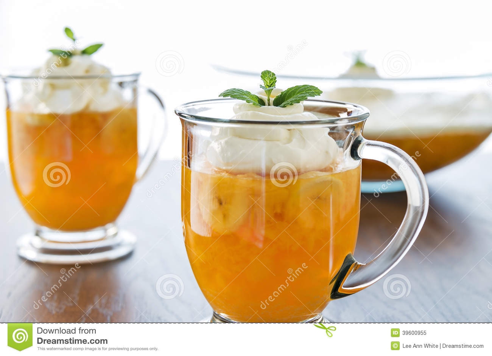 Gelifichi-o le tazze del dessert con guarnizione montata cremosa