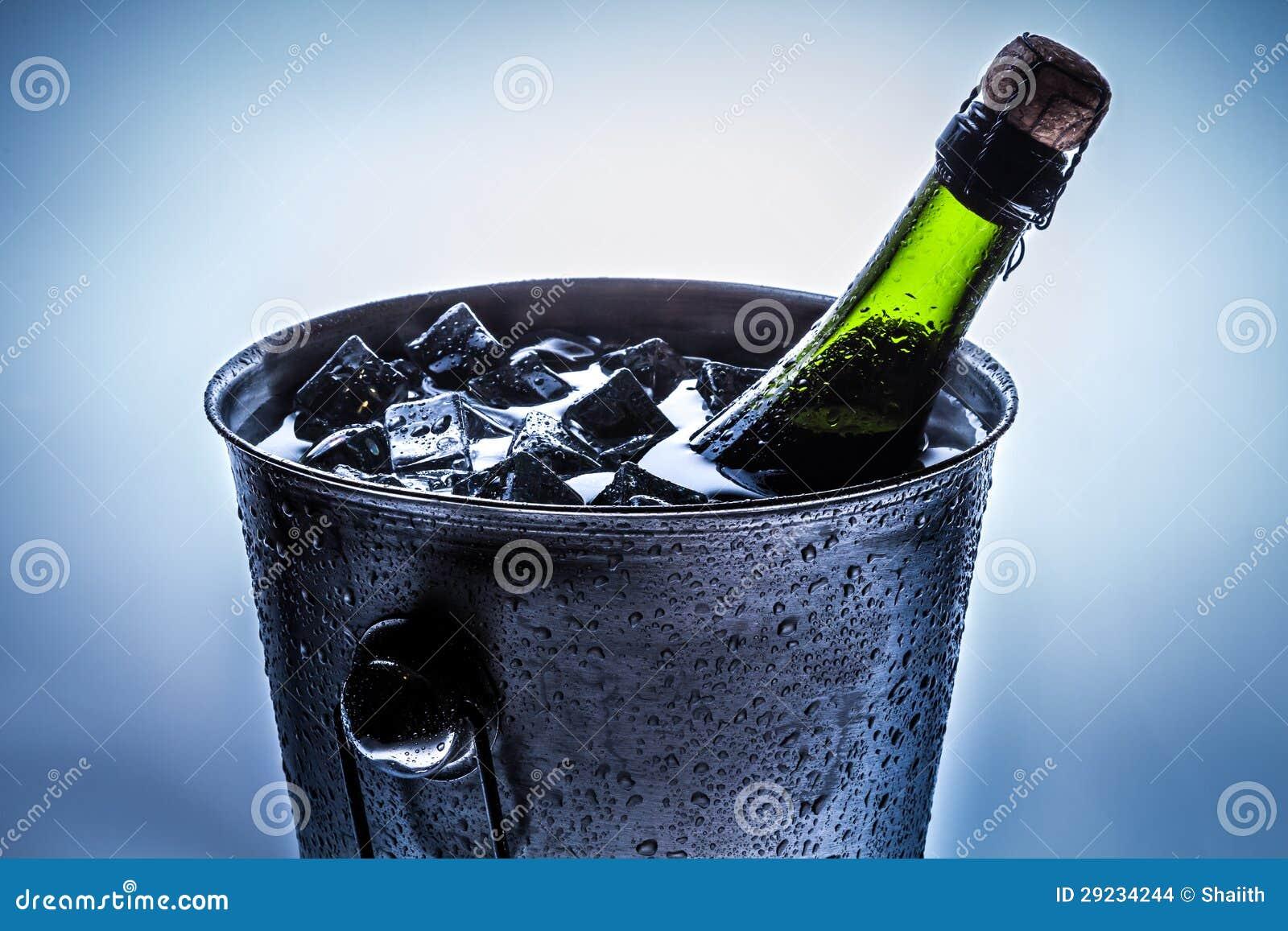 Download Gelo - Cubeta Fria Com Champanhe Frio Foto de Stock - Imagem de cristal, amor: 29234244