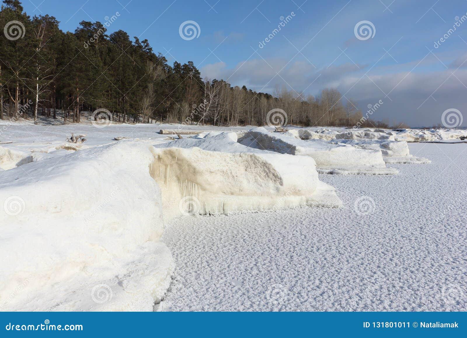 Gelo que forma no rio, reservatório de Ob, Sibéria