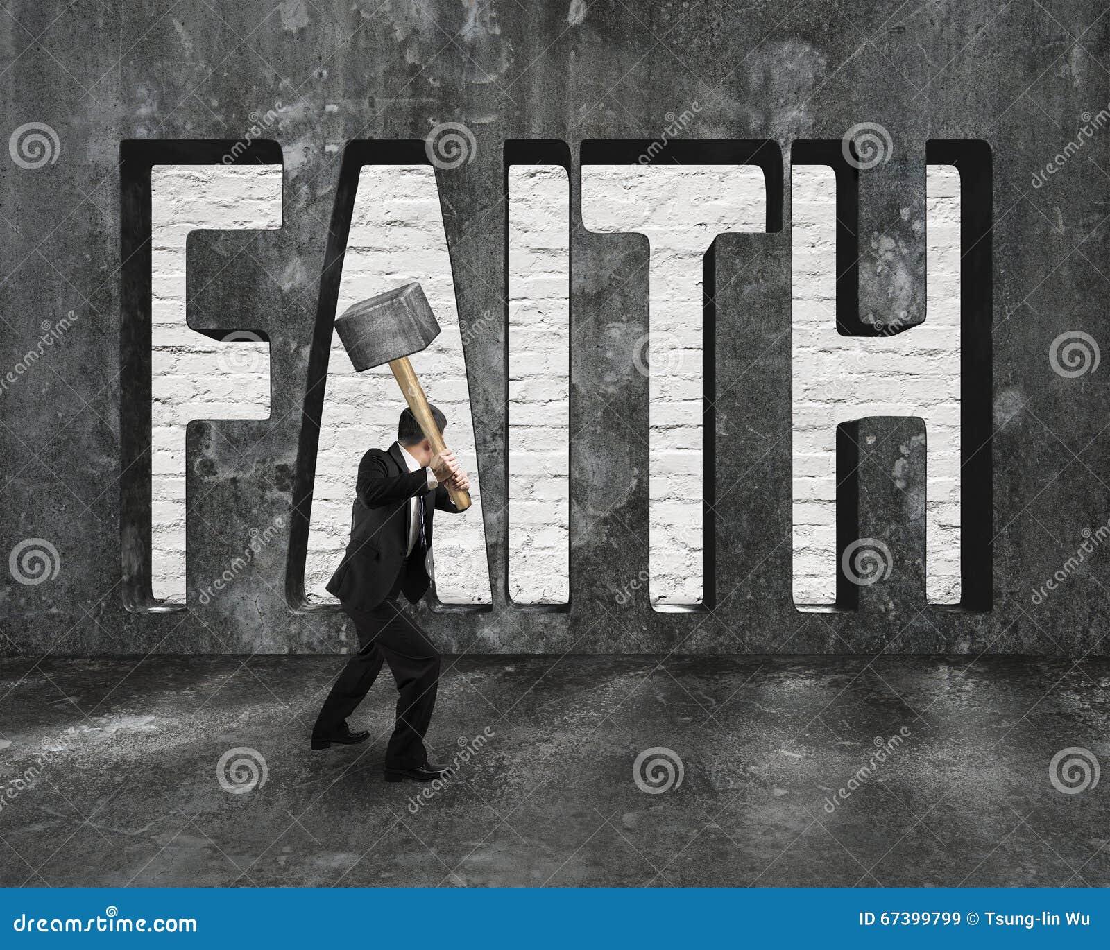 Geloofswoord op concrete muur met de hamer van de mensenholding