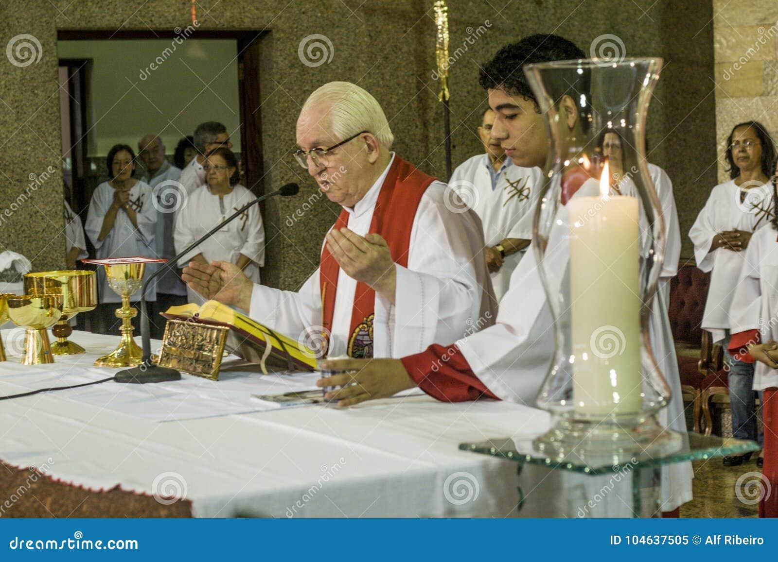 Download Gelovig Tijdens De Katholieke Massa Ter Ere Van St Jude Day Redactionele Afbeelding - Afbeelding bestaande uit christendom, building: 104637505