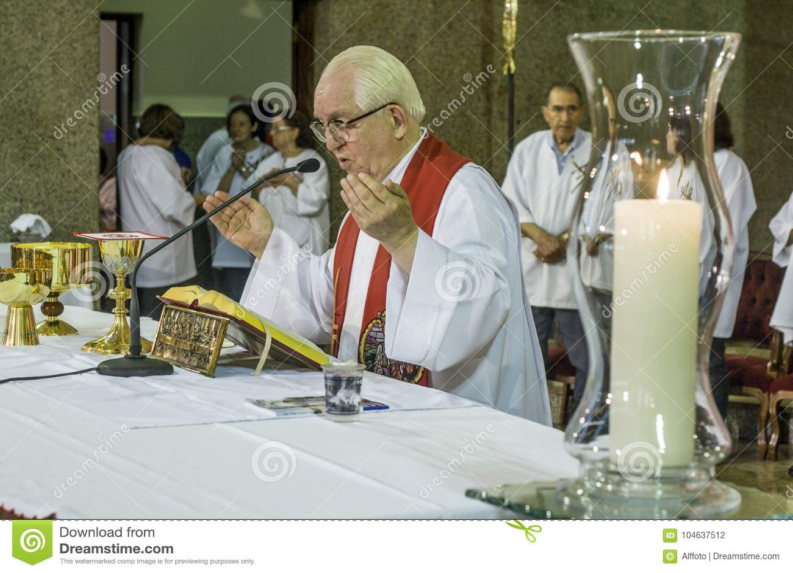 Download Gelovig Tijdens De Katholieke Massa Ter Ere Van St Jude Day Redactionele Fotografie - Afbeelding bestaande uit specifiek, kerk: 104637512