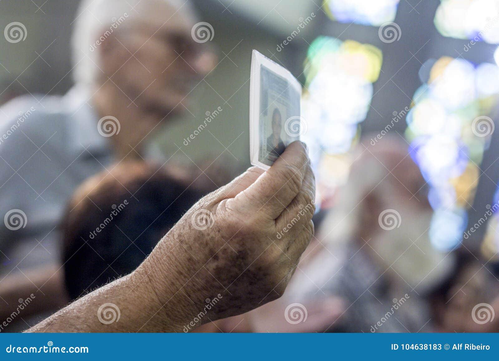Download Gelovig Tijdens De Katholieke Massa Ter Ere Van St Jude Day Redactionele Stock Foto - Afbeelding bestaande uit stad, godsdienst: 104638183
