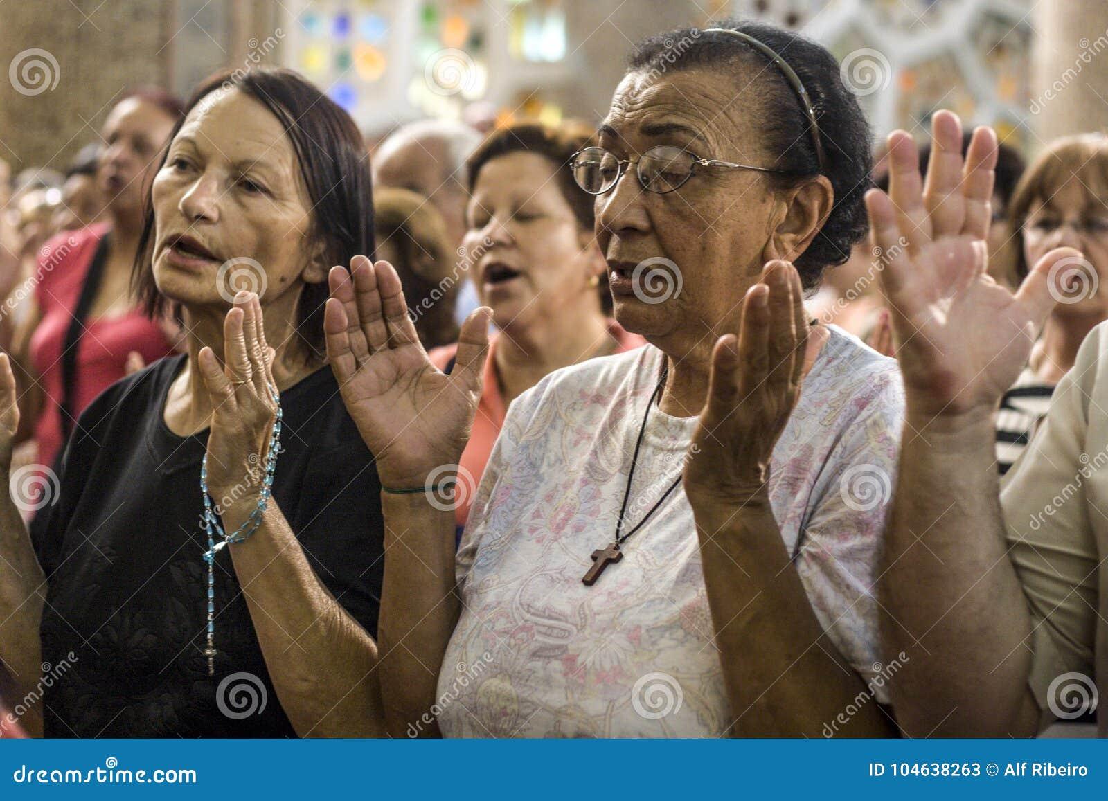 Download Gelovig Tijdens De Katholieke Massa Ter Ere Van St Jude Day Redactionele Stock Foto - Afbeelding bestaande uit katholiek, designing: 104638263