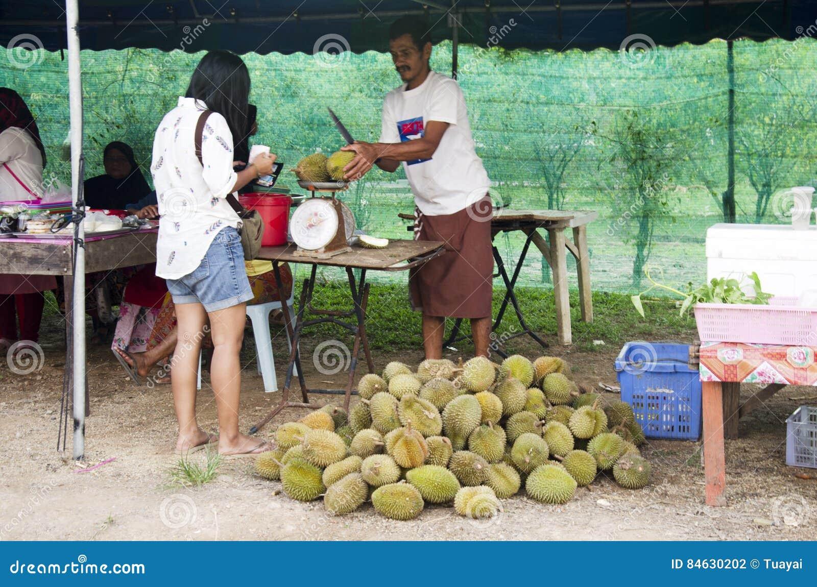 Geluk en glimlach van de reizigers de het Aziatische vrouw na het kopen durian fru