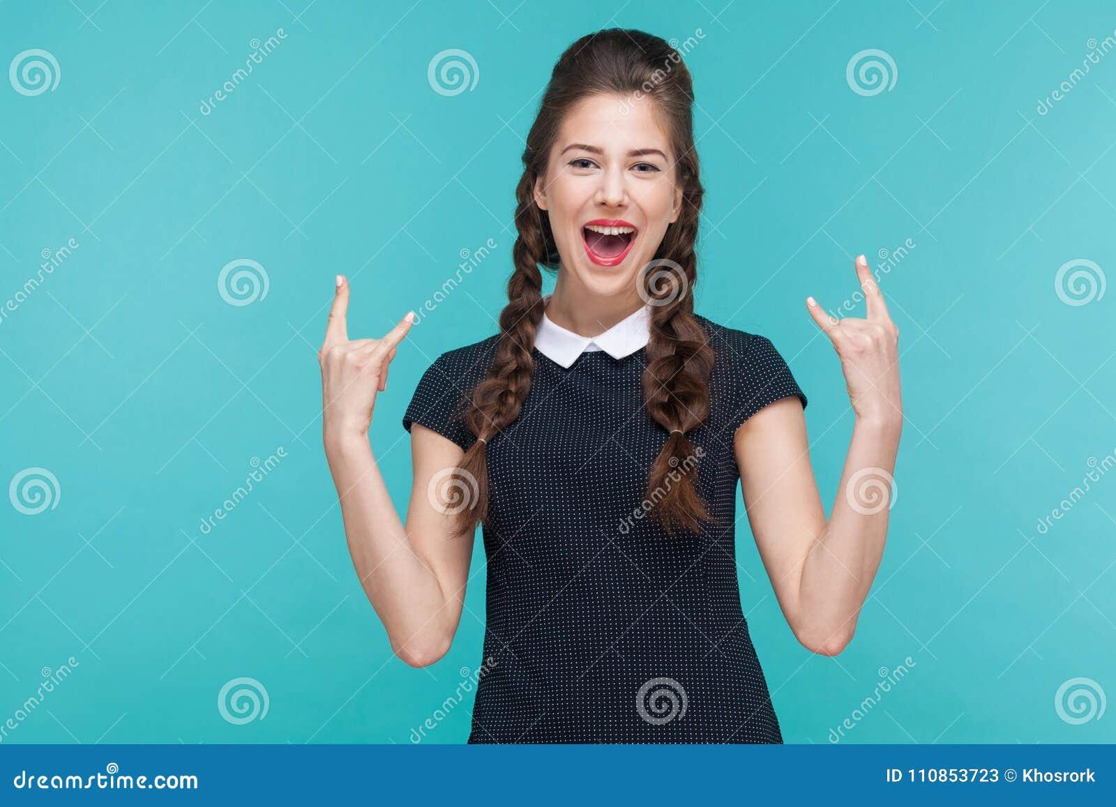 Geluk jonge vrouw die rots tonen - en - broodjesteken